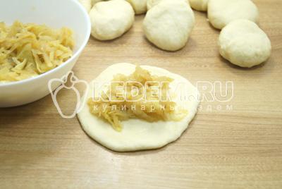 Раскатать каждую часть в  лепешку и выложить начинку.