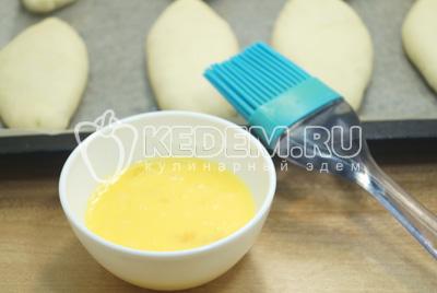 Смазать взбитым яйцом и выпекать в  разогретой до 180 градусов С духовке 12-15 минут.