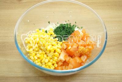 Добавить консервированную кукурузу, посолить и заправить маслом.