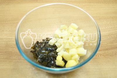 Нарезать в миску картофель кубиками и добавить капусту.