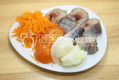 Нарезать на кусочки минтай, лук нарезать полукольцами, помидоры кружочками, морковь натереть на терке.