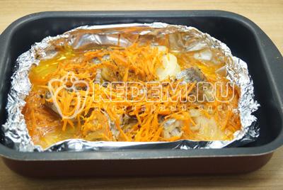 Накрыть сверху фольгой, готовить в духовке 30 минут, при температуре 180 градусов С. Минтай