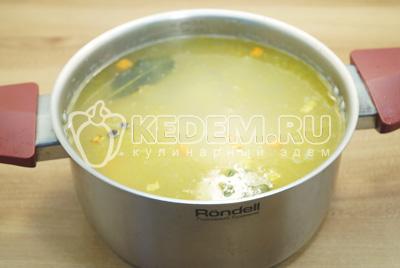 В кастрюлю добавить перловку и обжареные овощи с огурцами.