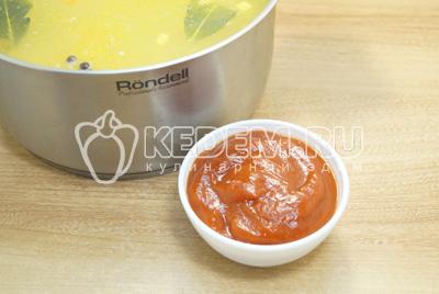 Добавить томатную пасту, лавровый лист, перец горошком и соль по вкусу.