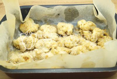 Обсыпать панировочными сухарями и запечь в духовке при 200 градусах С 10 минут.