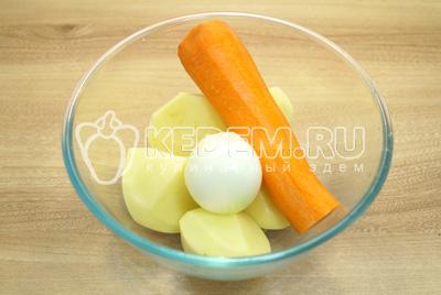 Картофель морковь и лук очистить.