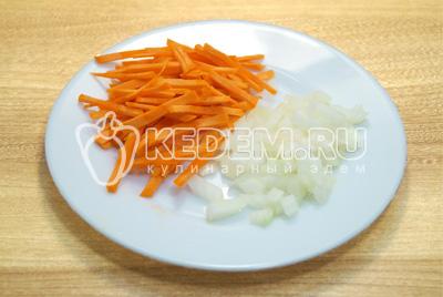 Морковь нарезать соломкой, лук мелко нашинковать.