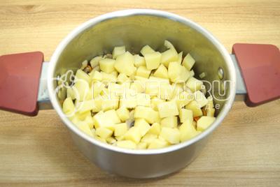 Добавить картофель в кастрюлю.