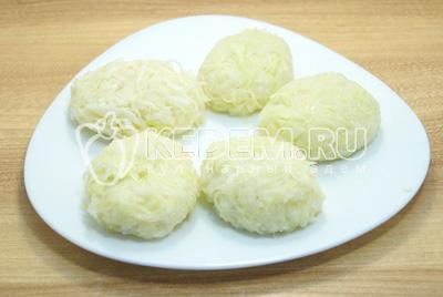 Сформировать котлеты из капусты и выложить их на тарелку.