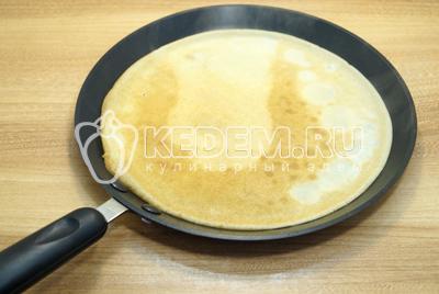 Выпекать тонкие блинчики на раскаленной сковороде с двух сторон.