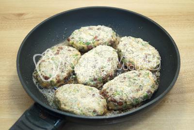 Обжарить на сковороде, с растительным маслом,  с двух сторон по 2-3 минуты.
