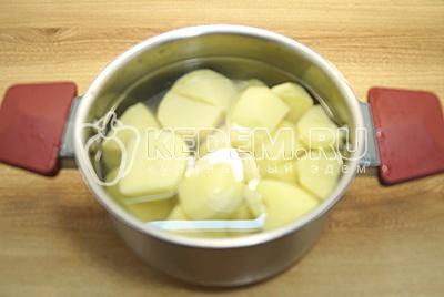 Картофель очистить, сложить в  кастрюлю и залить водой.