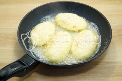 Обжарить на сковороде с растительным маслом с двух сторон до золотистой корочки.