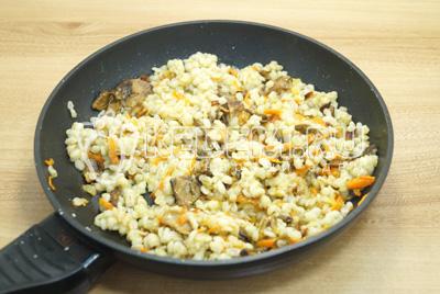 Добавить тертую морковь и перловку, готовить под крышкой на среднем огне 10-12 минут. Посолить.