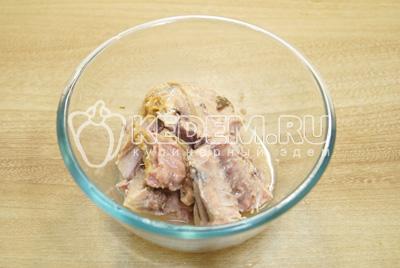 Кусочки тунца отделить от костей и размять вилкой.