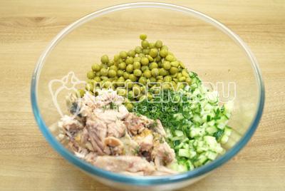 Добавить консервированный зеленый горошек.