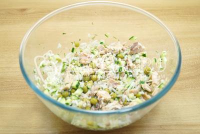 Перемешать салат и посолить по вкусу. Заправить растительным маслом.
