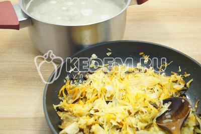В кастрюлю сложить перловку, добавить настой грибов и 1 литр воды. Добавить обжаренные овощи с грибами.