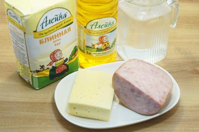 Для приготовления вкусных тонких блинчиков нам понадобиться блинная мука ТМ «Алейка», которая позволит нам приготовить вкусные блинчики без использования яиц и молока, растительное масло ТМ «Алейка», вода. Для начинки ветчина и сыр.