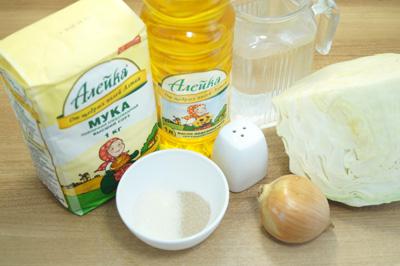 Приготовить необходимые продукты. Нам понадобиться мука высшего сорта ТМ «Алейка» с щедрых полей Алтая, натуральное нерафинированное подсолнечное масло ТМ «Алейка», вода, сахар, дрожжи, белокачанная капуста, лук и соль.