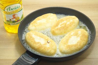 Жарить на разогретой сковороде с натуральным подсолнечным маслом ТМ «Алейка» с двух сторон до золотистой корочки.