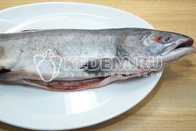 Рыбу разморозить, очистить и хорошо промыть .