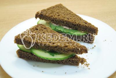 Вторую часть хлеба смазать печенью трески и накрыть сверху, как сэндвич.