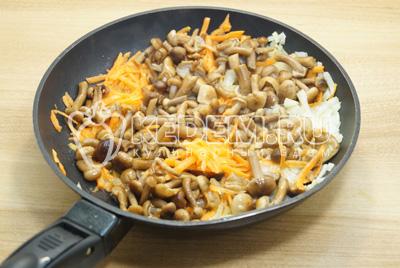 Добавить грибы в сковороду, обжарить 4-5 минут.