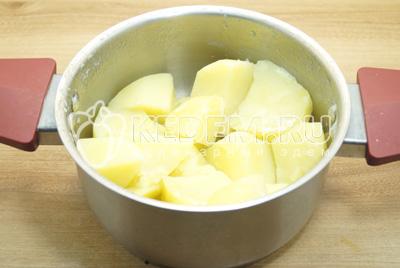 Картофель отвратить до готовности, посолить, воду слить.