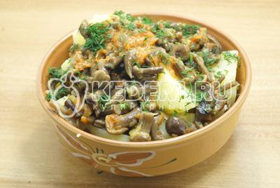 Выложить картофель с грибами в миску и посыпать мелко нашинкованным укропом.