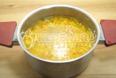Добавить зажарку из овощей в кастрюлю.