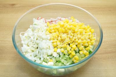 Добавить кукурузу и нарезанные яйца.