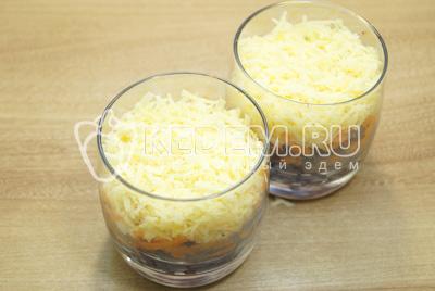 Добавить тертый сыр и смазать майонезом.