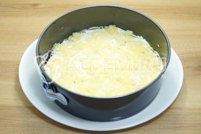 Смазать майонезом и выложить половину мелко нарезанных ананасов.