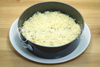 Добавить слой из половины тертого сыра.