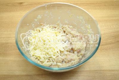 Добавить тертый сыр и соль по вкусу. Хорошо перемешать.