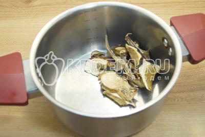 Грибы выложить в кастрюлю, залить в одой и поставить варить, готовить 30 минут на среднем огне.