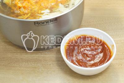 Добавить томатную пасту, соль и лавровый лист.