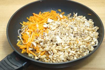 На сковороде обжарить мелко нашинкованный лук, тертую морковь и измельченные ножки.