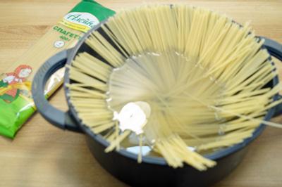 Спагетти ТМ «Алейка», от щедрых полей Алтая, отварить в подсоленной воде до готовности.