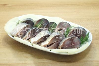 Готовую рыбу нарезать кусочками и выложить на блюдо с луком и зеленью, по вкусу сдобрить растительным маслом.