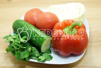 Овощи и зелень промыть и обсушить.