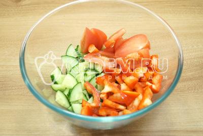 В миску нарезать огурец, помидоры и перец.