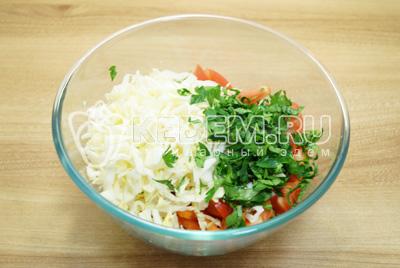 Добавить нашинкованную белокочанную капусту и зелень.