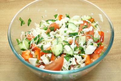 Салат перемешать, посолить и заправить растительным маслом.