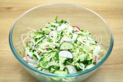 Перемещать салат, посолить и заправить растительным маслом.