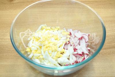 Редис нарезать ломтиками, яйца мелко накрошить и сложить в миску.
