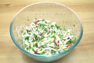 Перемешать салат, посолить по вкусу и заправить майонезом.