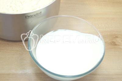 Отдельно взбить белки с щепоткой соли, отдельно взбить желтки с сахаром.