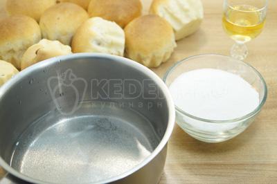 В сотейнике смешать воду, сахар и ром. Сварить сироп для пропитки.